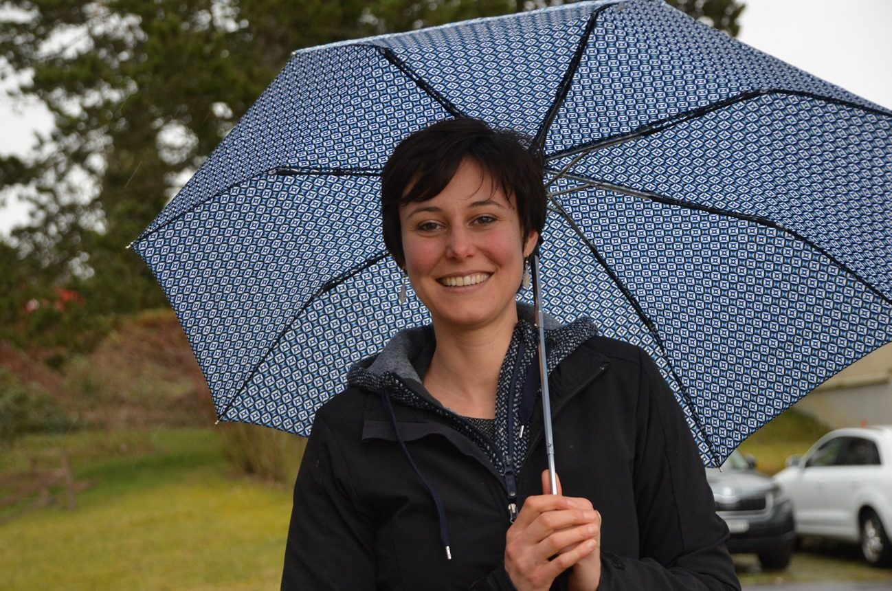 Viviane souriante sous son parapluie