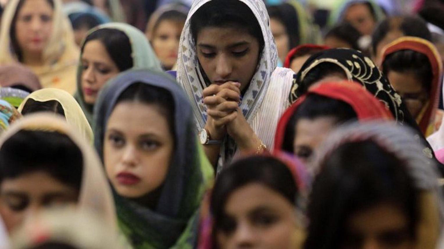 femmes en prière au pakistan