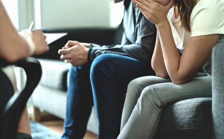 Couple désespéré et bouleversé en thérapie. Conseil ou rencontre avec un conseiller matrimonial ou un psychologue en adoption.